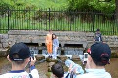 Kinder im Alter von sieben oder acht nehmenden Fotos in einem Vergnügungspark Lizenzfreie Stockfotografie