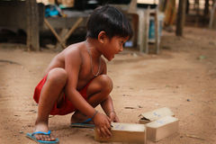 Kinder im Dorf stockfotografie