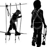 Kinder im Erlebnisparkstrickleiter Kinder haben einen Rest im Seilkurs schwarzes Schattenbild des Vektors auf weißem backgr lizenzfreie abbildung