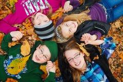 Kinder im Freien auf Herbstblättern Lizenzfreie Stockfotos