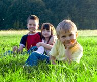 Kinder im Gras Stockbild