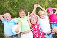 Kinder im Gras Lizenzfreie Stockbilder