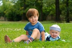 Kinder im Gras Stockfoto