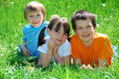 Kinder im Gras Lizenzfreie Stockfotos