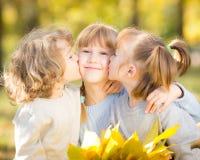 Kinder im Herbstpark Stockbild