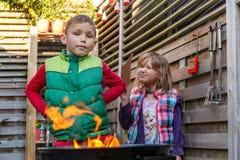 Kinder im Hinterhof Stockbilder