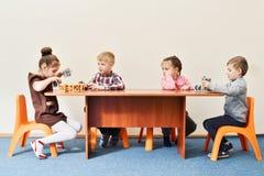 Kinder im Kindergarten stockbild