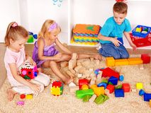 Kinder im Kindergarten. lizenzfreie stockfotos