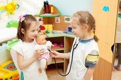 Kinder im Kindergarten stockfotos