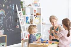 Kinder im Kindergarten stockfotografie