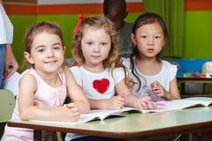 Kinder im Kindergarten mit Stiften Lizenzfreies Stockbild