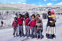 Kinder im Leben des ländlichen Dorfs in Tibet Stockbilder