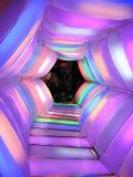 Kinder im mehrfarbigen Tunnel Stockbilder