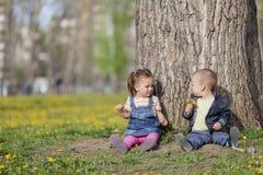 Kinder im Park Lizenzfreie Stockfotos