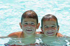Kinder im Pool Stockbilder