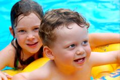 Kinder im Pool Stockbild