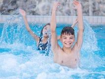Kinder im Pool Stockbild