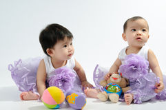 Kinder im purpurroten Kleid stockfotografie