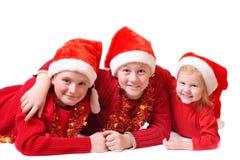 Kinder im roten Weihnachtshut Lizenzfreies Stockbild