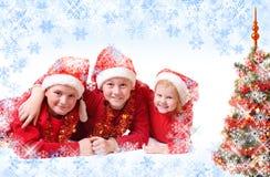 Kinder im roten Weihnachtshut Lizenzfreie Stockfotografie