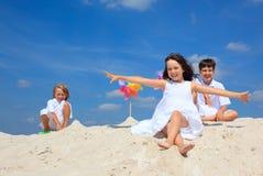 Kinder im Sand auf Strand Stockfotos