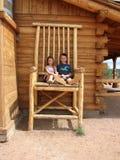 Kinder im sehr großen Stuhl Lizenzfreie Stockfotos