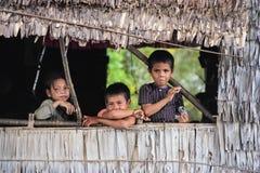 Kinder im sich hin- und herbewegenden Dorf, Kambodscha Lizenzfreies Stockfoto