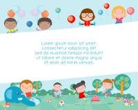 Kinder im Spielplatz, Schablone für Werbungsbroschüre, Kinder am Spielplatz, Ihr Text, Kinder und Rahmen, Kind und Rahmen lizenzfreie abbildung