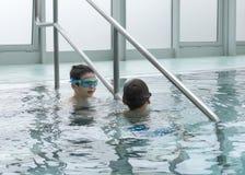 Kinder im Swimmingpool Stockbild