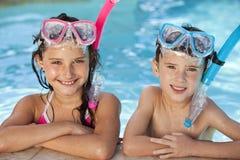 Kinder im Swimmingpool mit Schutzbrillen u. Snorkel Stockfotografie