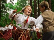 Kinder im traditionellen Kleid, das Volkstänze tanzt Lizenzfreies Stockfoto