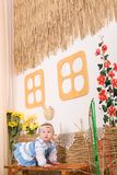 Kinder im ukrainischen nationalen Kostüm auf Bank Lizenzfreies Stockfoto
