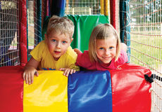 Kinder im Vergnügungspark Stockbild