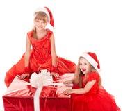 Kinder im Weihnachtshut mit Geschenkkasten. Lizenzfreie Stockfotos