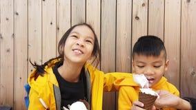 Kinder isst japanische weiche Creme im gelben Stoff stock video