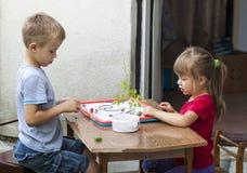 Kinder Junge und Mädchen, die zusammen spielen lizenzfreie stockfotografie