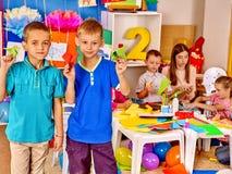Kinder Junge und Mädchen mit Lehrer herein Lizenzfreie Stockbilder