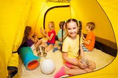 Kinder, Jungen und Mädchen spielen im Campingzelt Lizenzfreies Stockfoto