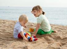 Kinder am Küstenspielen Lizenzfreie Stockfotos