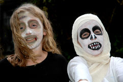Kinder kleideten oben für Halloween an Stockfotos