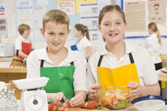 Kinder in kochender Kategorie Lizenzfreies Stockfoto
