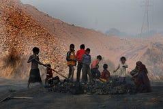 Kinder am Kohlenbergwerk-Bereich Stockfotos