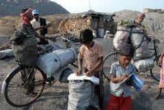 Kinder am Kohlenrevier-Bereich Stockbilder
