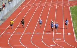 Kinder konkurrieren in der Leichtathletik Stockbilder