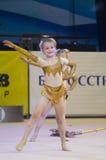 Kinder konkurrieren in der weltweiten Konkurrenz der Maugli-SCHALE in der Gymnastik Stockfoto