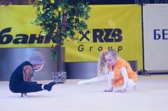 Kinder konkurrieren in der weltweiten Konkurrenz der Maugli-SCHALE in der Gymnastik Stockbild