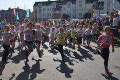 Kinder konkurrieren während des Gesamt-russischen laufenden Kalendertages lizenzfreies stockfoto