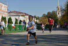 Kinder konkurrieren während des Gesamt-russischen laufenden Kalendertages stockfotografie