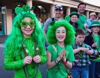 Kinder an Kostüme St- Patrick` s Tag führen vor lizenzfreies stockfoto