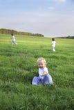 Kinder laufen gelassen auf Gras lizenzfreie stockbilder